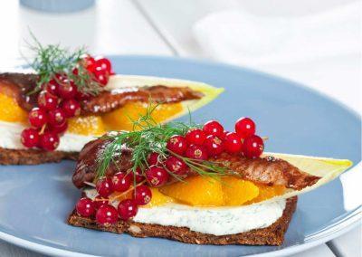 Hjertesild i crispy salatbåd med dildcreme