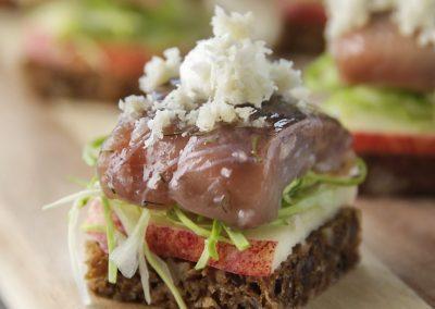 Smushi – Kryddersild med æble, spidskål og peberrod