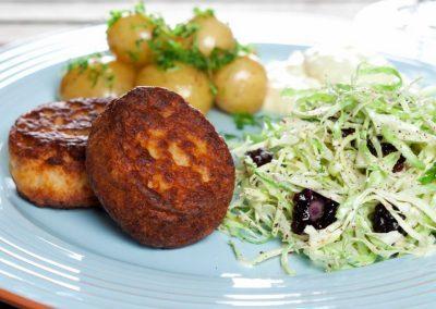 Fiskefrikadelle med coleslaw og luftig remoulade