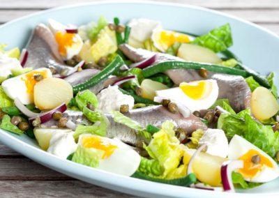 Sild med forårsløg og chili på en bund af salat, kartofler og æg